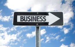 Signal de direction d'affaires avec le fond de ciel images libres de droits