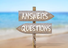 Signal de direction en bois avec des questions et réponses Images libres de droits