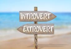 Signal de direction en bois avec introverti et extroverti Photographie stock libre de droits