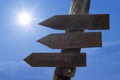 Signal de direction en bois avec les espaces vides pour le texte Image libre de droits