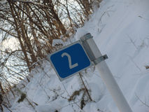 Signal de direction le long de la route Images stock