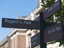 Signal de direction de rue se dirigeant au parc du ` s de régent, le parking de zoo, les bureaux de ZSL et la bibliothèque et le  images libres de droits
