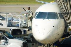 Signal de main métropolitain de personnel d'aéroport de Detroit Photo stock