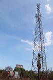 Signal de transmission de tour de communication de téléphone portable avec le ciel bleu et l'antenne Image libre de droits