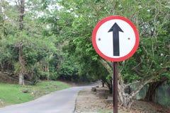 Signal droit sur la route Photographie stock
