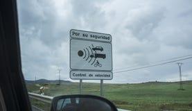 Signal espagnol pour le contrôle de vitesse de route photographie stock