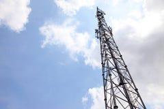 Signal för överföring för mobiltelefonkommunikationstorn med blå himmel och antennen Arkivfoton