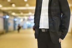 Signal för bakgrundssuddighetsfärg som är varm i morgonen Förgrund är en man som bär en svart dräkt Arkivbilder