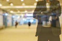 Signal för bakgrundssuddighetsfärg som är varm i morgonen gångbanan inom byggandet där är folket Förgrund är en man som bär en dr Arkivfoton
