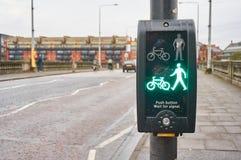 Signal för grön man på en typisk övergångsställe i UK Arkivfoto