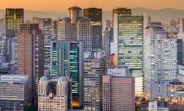 Signal för solnedgång för kontorsbyggnadstadsljus royaltyfria bilder