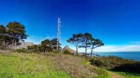 Signal-Hügel-Funkmast Stockbild