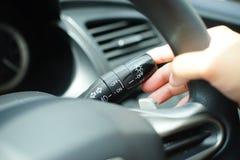 Signal lumineux de poussée d'homme dans la voiture Images stock