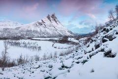 Красивая сцена ландшафта с рекой Signaldalelva и горой Otertinden в предпосылке в северной Норвегии E стоковые фото
