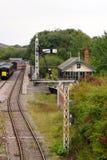 Signalen en seinhuisje op een spoorweg Royalty-vrije Stock Afbeelding