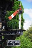Signalen och plattformen för semafor undertecknar den järnväg, Hampton Loade, Arkivbilder