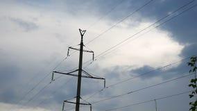 Signalez l'électricité avec des fils sur le fond de ciel bleu dehors banque de vidéos