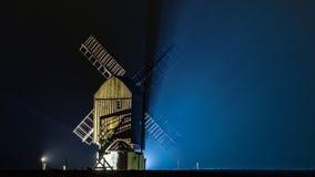 Signalez le moulin par le nigt en pluie et brouillard Photo libre de droits