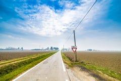 signalez pour accorder la priorité sur la route dans la campagne photos libres de droits