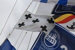Signalflagga och standerter av regatta på en bakgrundsnärbild för molnig himmel Royaltyfri Fotografi