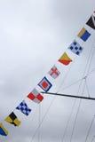 Signalflaggen und bewölkter Himmel Lizenzfreie Stockfotografie