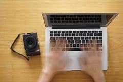 Signalisation des photos en ligne par l'ordinateur portable Images libres de droits