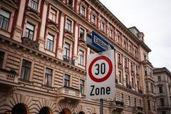 Signalisation en Autriche devant le vieux bâtiment Photo libre de droits