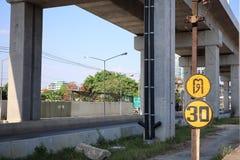 Signalisation sur la route principale avec de grands courriers de mortier image libre de droits