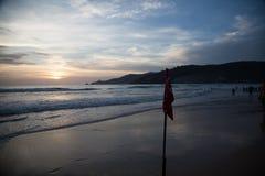 Signalkasten auf dem Sonnenuntergangstrand Lizenzfreie Stockfotografie