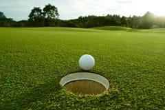 Signalljuset tänder fotoet av det near hålet för vit golfboll på farled w arkivfoto