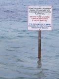 Signalmast auf dem Wasser Verboten, um zu schwimmen Stockbild