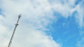 Signaltorn i himmelbakgrunderna Arkivfoton