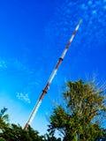 Signalturm und -Satellitenschüssel der Himmel ist groß und die Wolken sind als der Hintergrund weiß lizenzfreies stockfoto