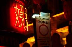 Signange peatonal de la zona y escaparate rojo en el Año Nuevo chino de Chinatown Londres Imagen de archivo