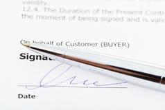 Signature d'accord de ventes et de stylo d'argent photos libres de droits