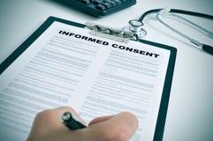 Signature d'un consentement éclairé Photos libres de droits
