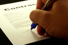 Signature d'un contrat Images stock