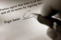 Signature d'un document Images stock