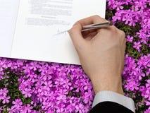 Signature de contrat d'affaires image libre de droits