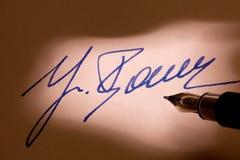 Signature de stylo-plume sur une lettre Image stock
