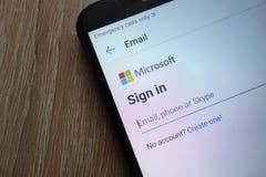 Signature dedans pour un compte de Microsoft sur un nouveau smartphone moderne photographie stock