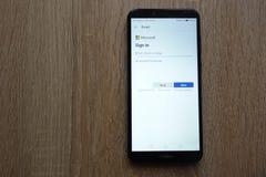 Signature dedans pour un compte de Microsoft sur un smartphone moderne de Huawei photographie stock