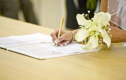 Signature du certficate de mariage Photographie stock libre de droits