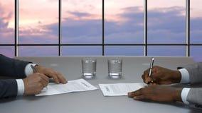 Signature du contrat international clips vidéos