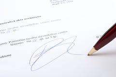 Signature sur le contrat image stock