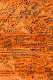 Signatures et commentaires sur un mur en bois à un magasin de ferme images libres de droits