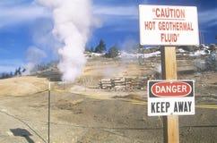 Signaux d'avertissement à la centrale géothermique Photographie stock
