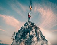 Signaux fumigènes sur la montagne photographie stock libre de droits