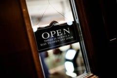 Signboard ` OTWARTY ` na drzwi obrazy stock