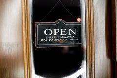 Signboard ` OTWARTY ` na drzwi Fotografia Stock